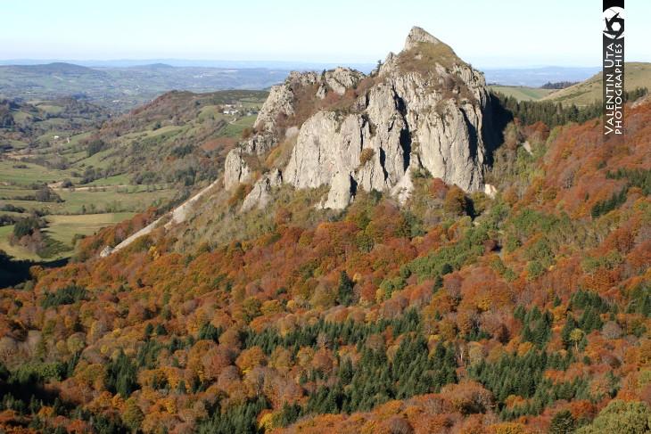 La Roche Sanadoire (1286 m) dominent la Vallée du Chausse